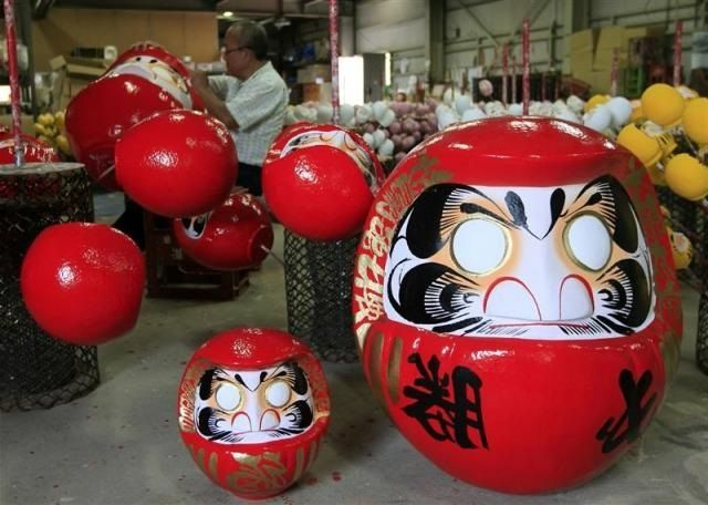 chat japonais et statuette de daruma. Black Bedroom Furniture Sets. Home Design Ideas